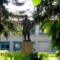 памятник Ленина у школы