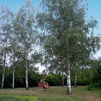 У заброшенной школы в селе Наумовка