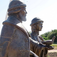 Памятник Петру и Февронии на набережной -фрагмент