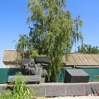 Памятный знак на месте казни комсосольцев-подпольщиков