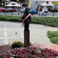 Памятник юному повстанцу с обратной стороны
