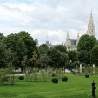 Вид на ратушу из народного парка