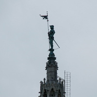 Железная скульптура стража ратуши на вершине башни