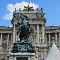 Статуя Евгения Савойского на фоне нового замка
