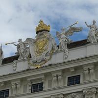 Корона Императоров Священной Римской Империи на фасаде здания в Хофбурге