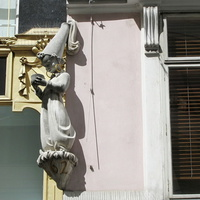 Фигурка на фасаде дома