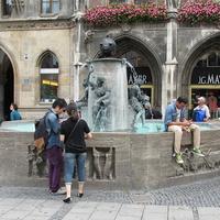 """Фонтан """"Рыба"""" на Мариенплац возле новой ратуши"""