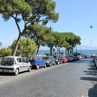 Улица с площади Пьяцца-дель- Плебисцита к морю
