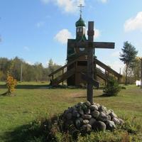 Самушкино. Церковь Сретения Господня и памятный крест