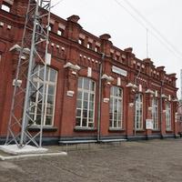 Здание ж/д вокзала и платформа.