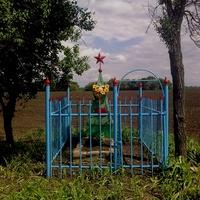 в зниклому селі Ямки, тут поховані: майор Мицул, Григорій Скічко , сестри Христя і Варка Возні 1943 рік