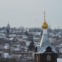 Вдали колокольня мужского монастыря