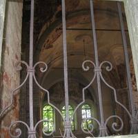 Кованая решётка на окнах церкви в Ясенском.