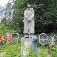 Братская могила на территории церковного кладбища в Ясенском, июль 2014.
