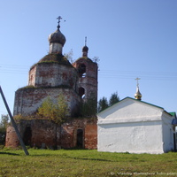 Караваево. Церковь Успения Пресвятой Богородицы и часовня Серафима Саровского.