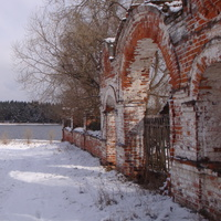 Стружаны. Ограда церкви Успения Пресвятой Богородицы.
