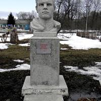Бюст героя Шпетного П.И. в селе  Прелестное