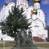 Памятник Святой Троице возле Успенского собора
