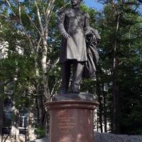 Памятник одному из самых  отважных мореходов России