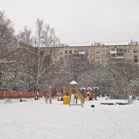Детская площадка после снегопада.
