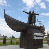 Маслова Пристань. Памятник Масловым при въезде в посёлок.