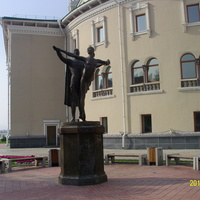 Памятник народным артистам П. Абашееву и Л. Сахьяновой около Академического театра оперы и балета в Улан-Удэ