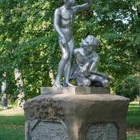 Новгород-Северский. Скульптура юных авиамоделистов.