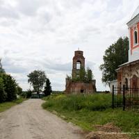 Михаило-Архангельская церковь (справа) и Церковь Николая Чудотворца (на втором плане) в Спасском