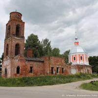 Церковь Николая Чудотворца (на первом плане) и Михаила Архангела в Спасском