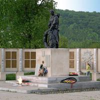 Памятник на братской могиле 122  советских воинов
