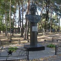 Новая Таволжанка. Памятник Герою Советского Союза Ивану Серикову.