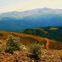 Вид со смотровой площадки Красной Поляны на Черноморскую горную гряду Кавказа.