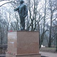 Памятник В.И. Ленину в Красносельском парке, другой ракурс