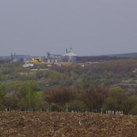 Вдалині комбікормовий завод села Ташлик