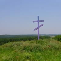 Православний хрест на бугрі, перед селом.