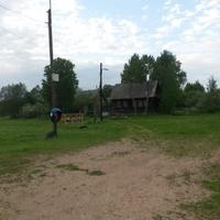 В этом доме  живёт  последний житель д.Карнаухово Васильев Михаил Павлович. Август 2015 года.
