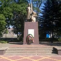 Каменоломни. Памятник погибшим в Гражданскую и Великую Отечественную войнах.