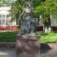 Памятник актрисе Марии Константиновне Заньковецкой в Нежине (2013 год)