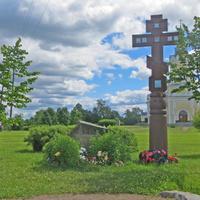 Братская могила на территории церкви