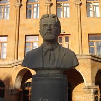 Ереван. Памятник А.П. Чехову у средней школы.