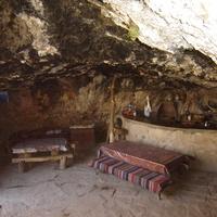 Амагу. Летнее кафе в пещере.