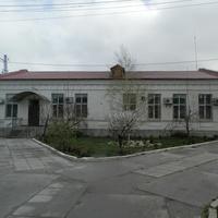 Синельниково.15 апреля 2016 года .Здание, постройки 1907 года, железнодорожного подразделения ПЧ-6.(Путевая часть).