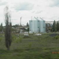 Из окна поезда.Строящиеся элеваторы на территории бывшего свеклоприёмного пункта.Свеклопункт относился к бывшему сахарному заводу в Губинихе,единственному в Днепропетровской области.
