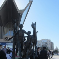 Скульптура у метро Пионерская