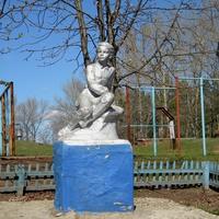 Памятник В.И.Ульянову около школы в селе Кошлаково