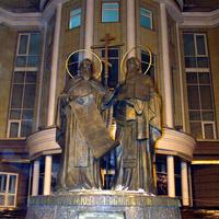 Саратов. Памятник святым равоапостольным Кириллу и Мефодию около университета.   20 февраля 2010 года