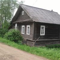 Падбережье ( Налески), Центральная  улица, дом  с  тарелкой.