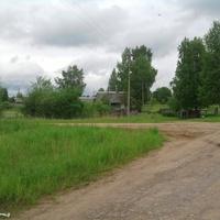 Развилка  дорог  в  Падбережье, направо- в  Лутовёнку, налево - в Селилово