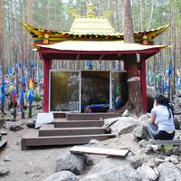 Павильон со священным камнем.