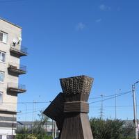 Скульптура Снопы на ул. Школьной, другой ракурс
